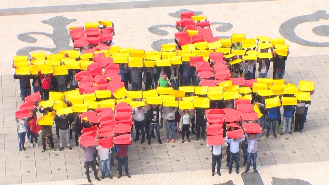 Симболична црвено-жолта порака ЗА ЗАЕДНИЧКА МАКЕДОНИЈА упатена од скопскиот плоштад