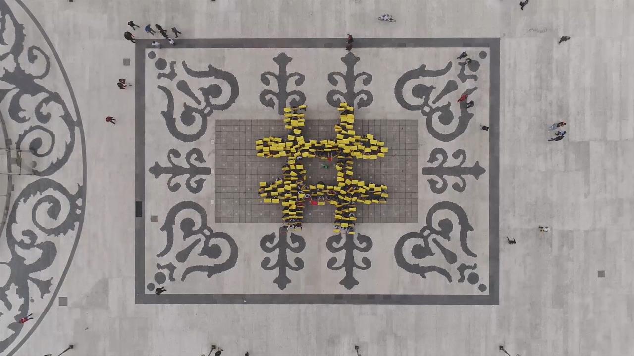 """""""Црвено-жолта"""" порака ЗА ЗАЕДНИЧКА МАКЕДОНИЈА од скопскиот плоштад"""