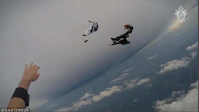 Загинаа двајца мажи, се судрија со падобраните, последни моменти биле забележани со камера